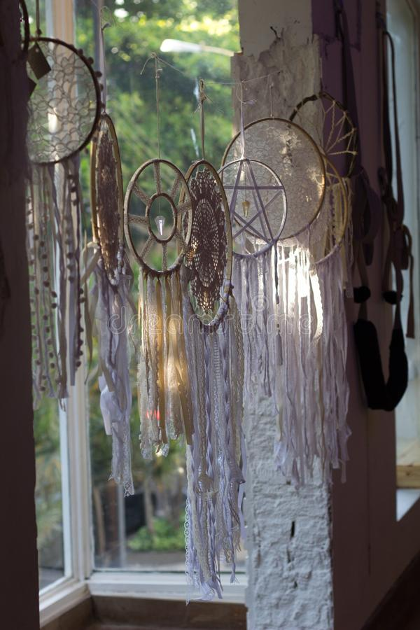 Filter av drömmarna som förläggas i fönster royaltyfri bild
