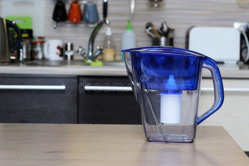 Filter voor het schoonmaken van drinkwater op de lijst in de keuken Reiniging van drinkwater thuis royalty-vrije stock afbeeldingen