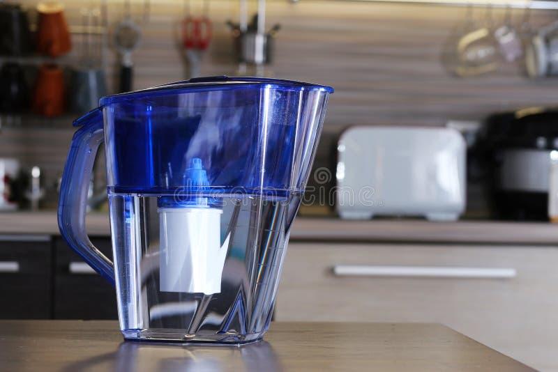 Filter voor het schoonmaken van drinkwater op de lijst in de keuken Reiniging van drinkwater thuis stock foto's
