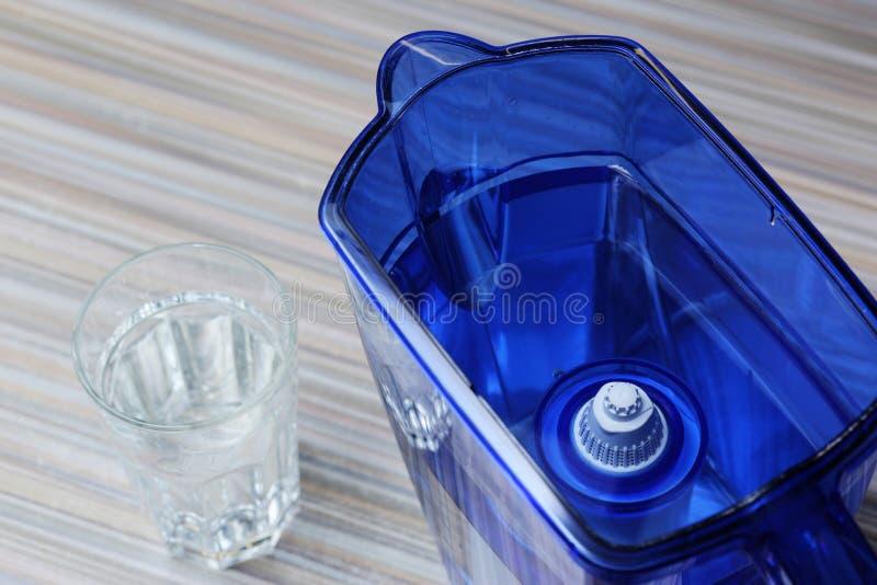 Filter voor het schoonmaken van drinkwater op de lijst in de keuken Reiniging van drinkwater thuis royalty-vrije stock foto's