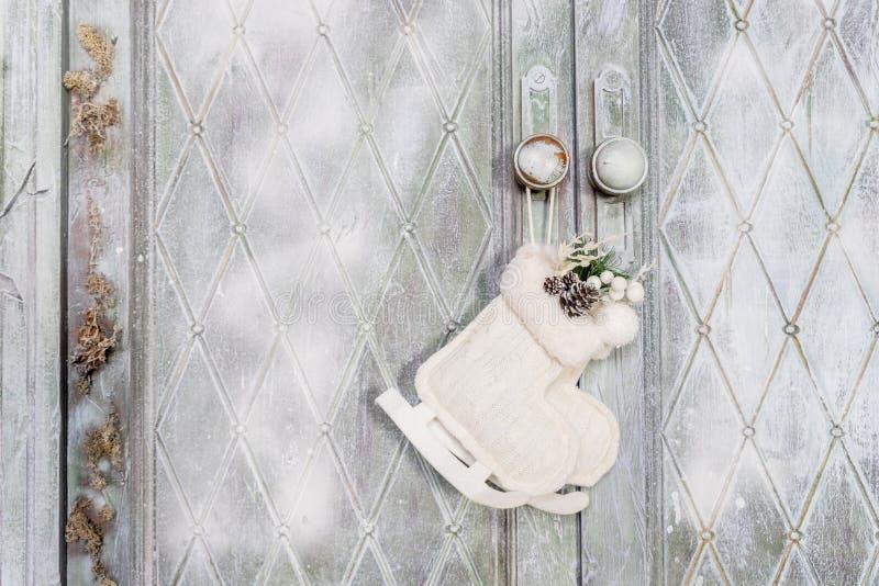 Filtgarnering Hem- dekor för ingång eller hem- dörr, filtskridsko Handen - gjorde en julprydnad från filt Lätt vinter arkivfoto