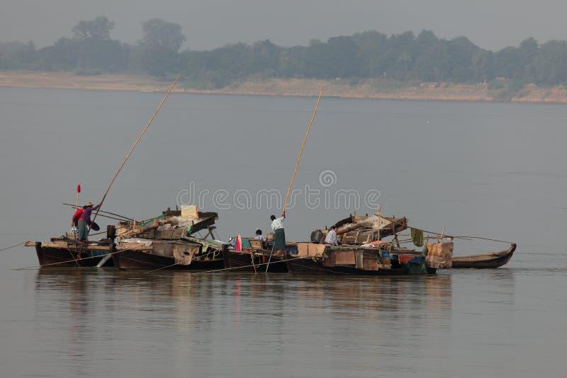 Filtração do ouro no Irrawaddy em Myanmar fotografia de stock