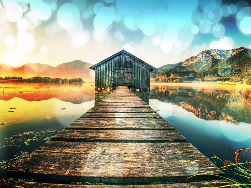 filtrado Casa de madera vieja de la nave en el lago escénico Bahía silenciosa fotos de archivo libres de regalías