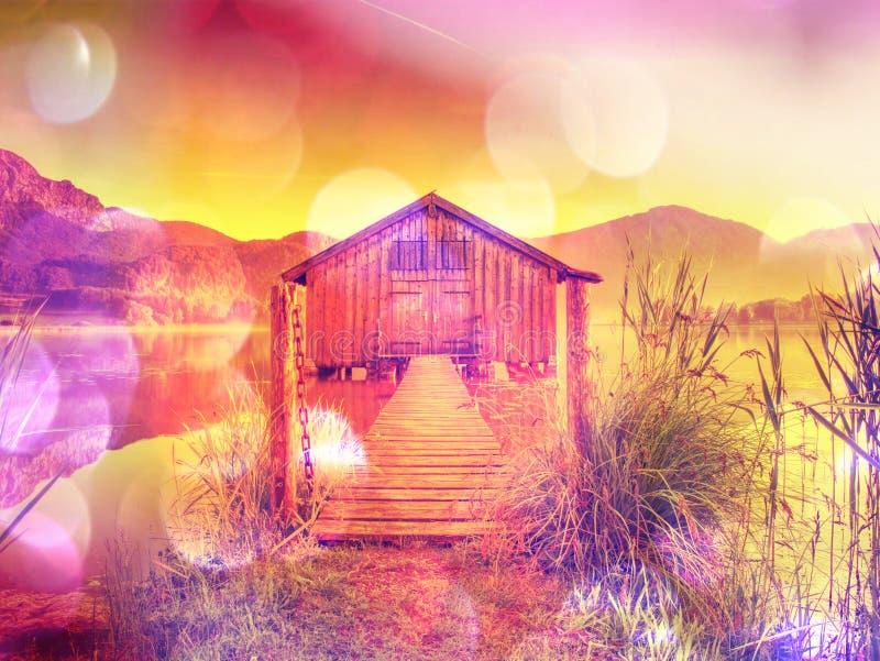 filtrado Casa de madera vieja de la nave en el lago escénico Bahía silenciosa fotografía de archivo