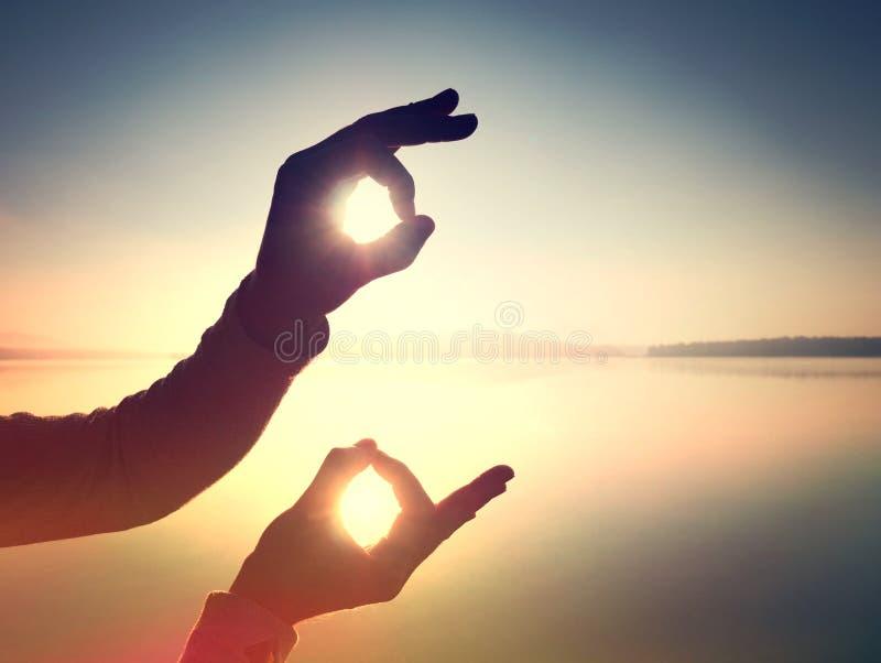 filtrado Mão sob a forma do símbolo contra o céu imagens de stock