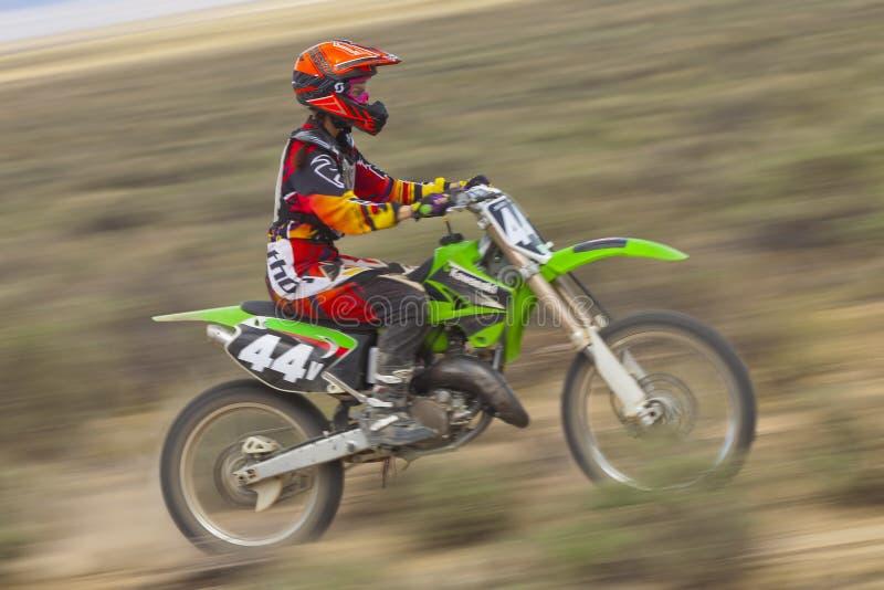 Filtrando Dirtbiker fêmea fotografia de stock royalty free