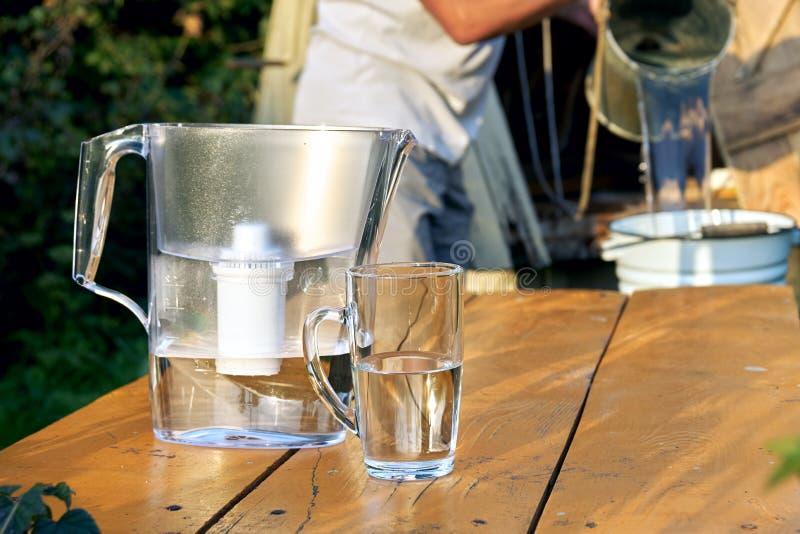 Filtration d'une eau de puits utilisant un filtre d'eau à la campagne photo libre de droits