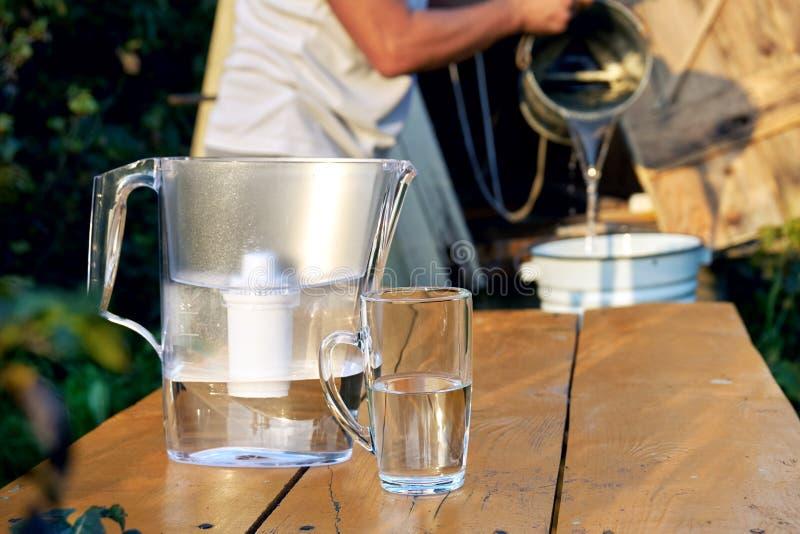 Filtration d'une eau de puits utilisant un filtre d'eau à la campagne images libres de droits