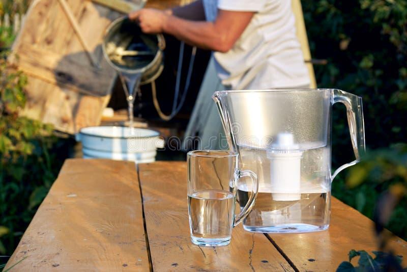 Filtration eines Quellwassers unter Verwendung eines Wasserfilters an der Landschaft stockfotos