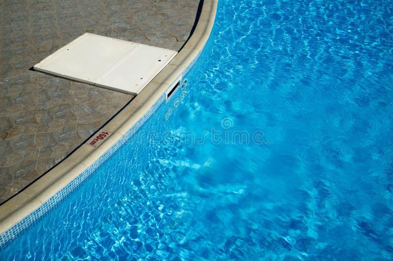 Filtre d'eau de nettoyage dans la piscine images libres de droits