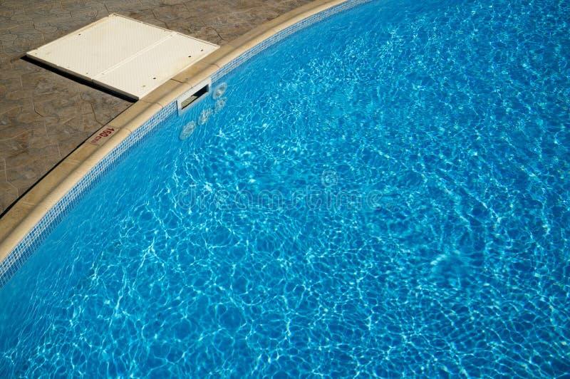 Filtre d'eau de nettoyage dans la piscine image libre de droits