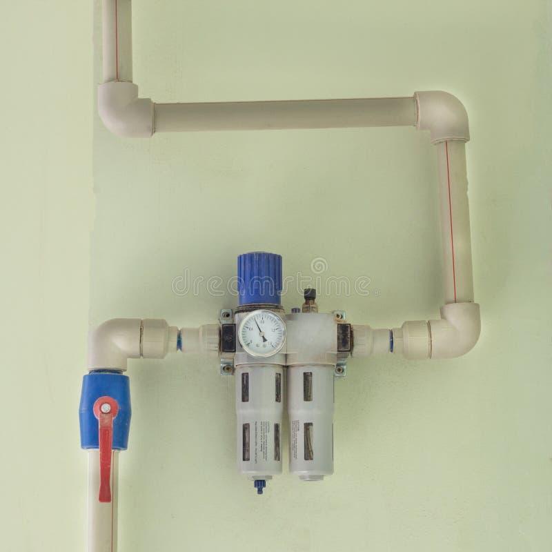 Filtre d'eau moderne pour la production avec un manomètre, pour nettoyer un grand nombre d'eau de la pollution, système photographie stock