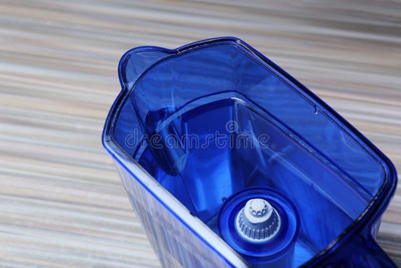 Filtre pour l'eau potable de nettoyage sur la table dans la cuisine Purification d'eau potable à la maison photos stock