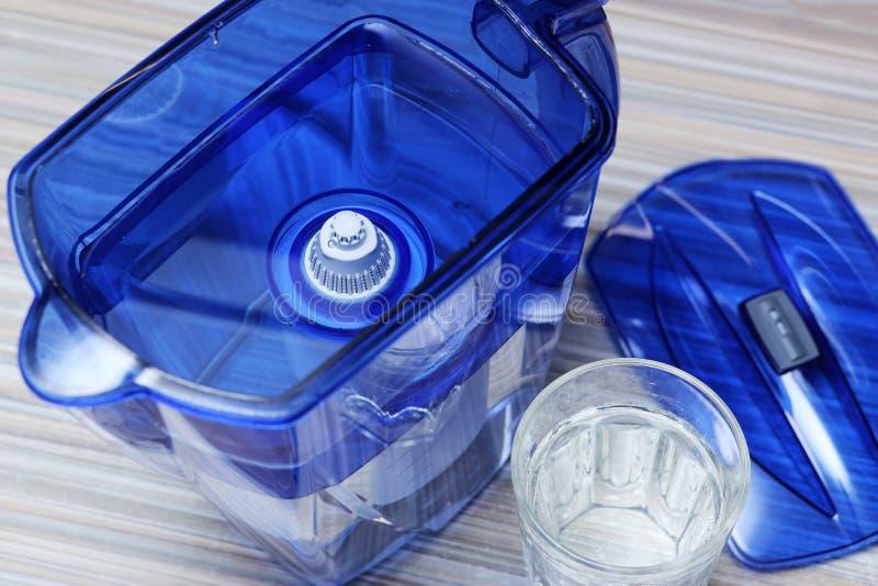 Filtre pour l'eau potable de nettoyage sur la table dans la cuisine Purification d'eau potable à la maison images libres de droits