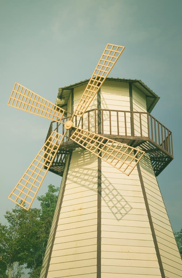 Filtrerad tappningfärg, wood väderkvarn arkivfoton