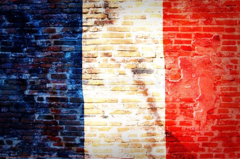 Filtrerad tappninggrunge, Frankrike flagga på tegelsten royaltyfria bilder