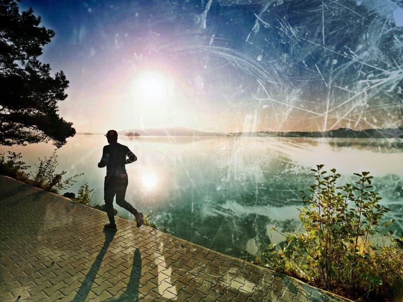 filtrerat Idrottsmannen har avbrottet under utbildning i sjön parkerar royaltyfri bild