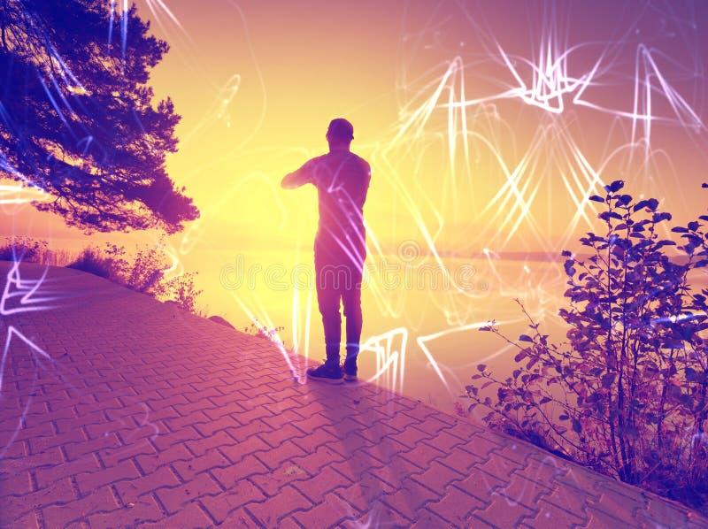 filtrerat Kontur av att öva mannen på brännhet himmel för solnedgång royaltyfri bild