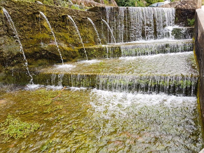 Filtrering av naturligt vatten som frambringar födelsen av en flod royaltyfria foton