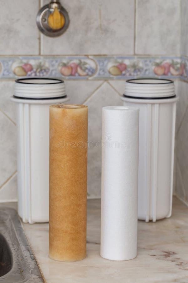 Filtres pour la purification de l'eau potable  Propre et modifié image stock