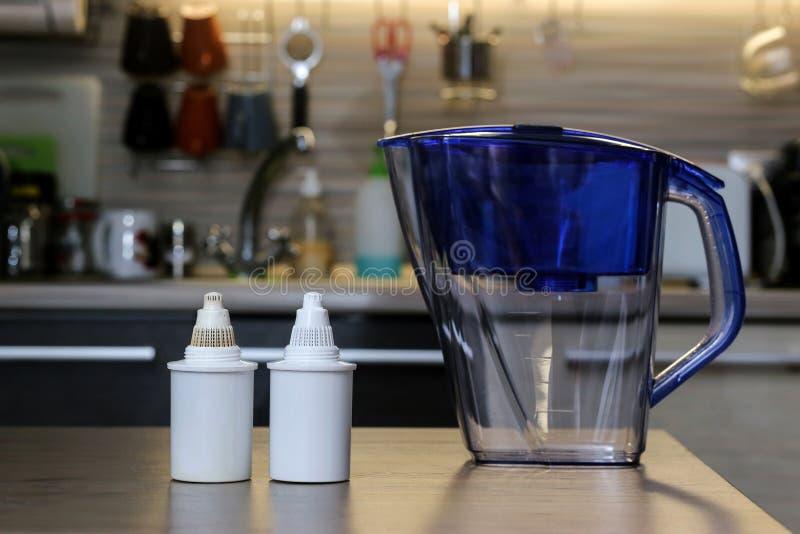 Filtres propres et sales pour l'eau potable de nettoyage sur la table de cuisine Purification d'eau potable à la maison photo stock
