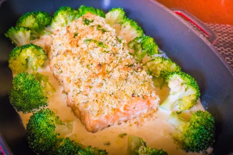 Filtrez les saumons couverts d'une croûte par amande frits avec de la sauce à amande, photos libres de droits