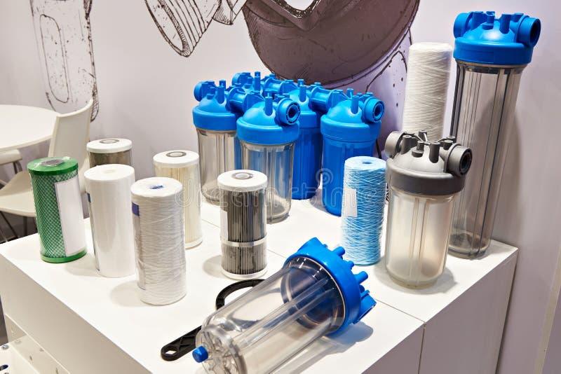 Filtri per il rifornimento idrico nel deposito di prodotti per la casa immagine stock libera da diritti