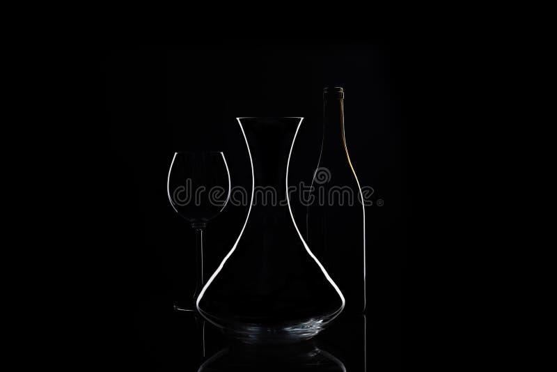 Filtro com vidro e garrafa de vinho no fundo foto de stock royalty free