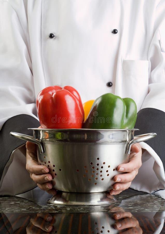 Filtro da terra arrendada do cozinheiro chefe com vegetais imagem de stock royalty free