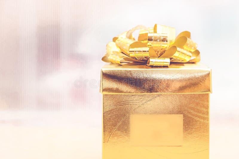 Filtro del vintage, actual caja del oro en el fondo de la falta de definición, día de fiesta concentrado fotos de archivo