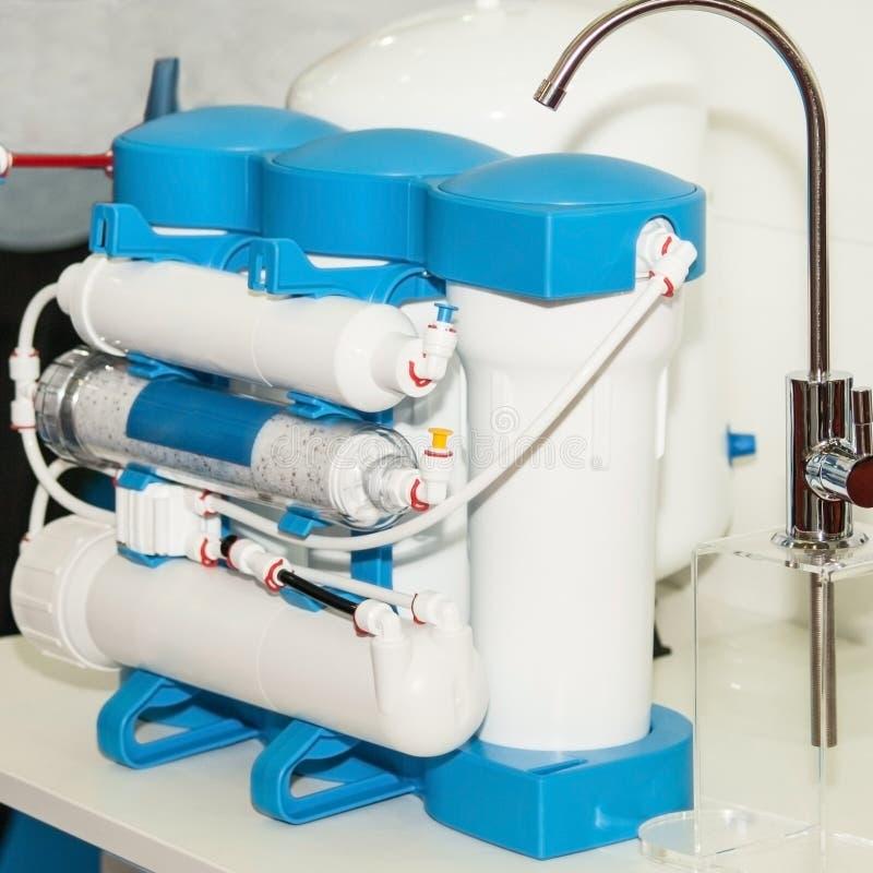 Filtro doméstico da osmose reversa Sistema da purificação de água fotografia de stock