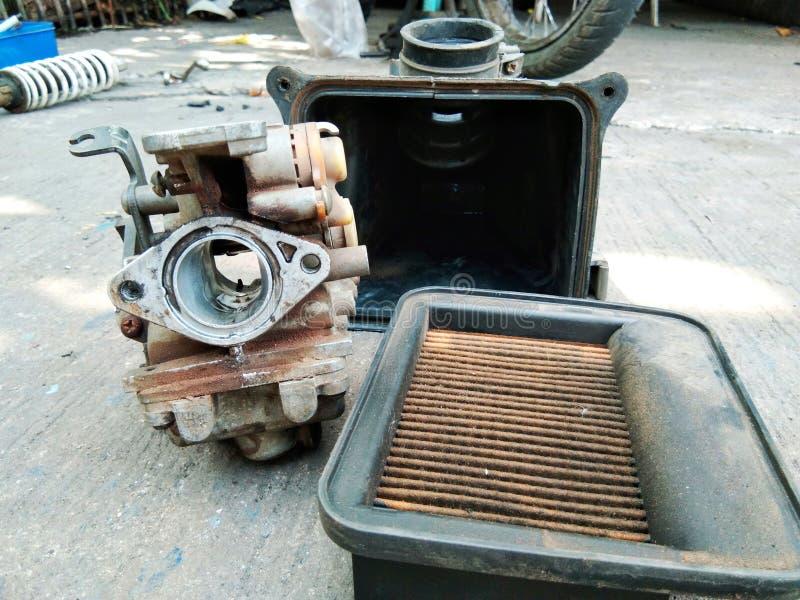 Filtro e carburador velhos foto de stock