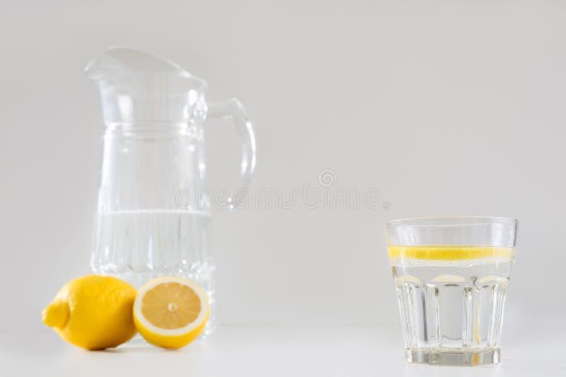 Filtro e um vidro da água e do limão imagens de stock