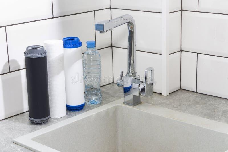 Filtro em caixa de água na cozinha Sistema da filtragem da água potável na cozinha Agua pot?vel em casa imagens de stock