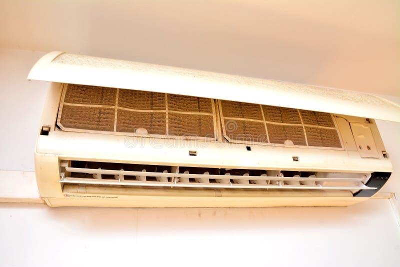 Filtro muy sucio del acondicionador de aire listo para limpiar fotos de archivo libres de regalías