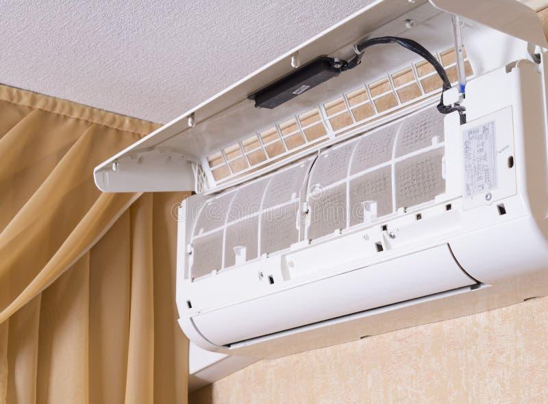 Filtro sucio del acondicionador de aire Maintenanc de limpieza y que se lava imagenes de archivo