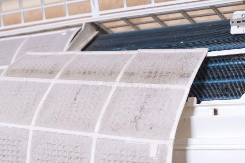 Filtro sujo do condicionador de ar Maintenanc de limpeza e de lavagem foto de stock