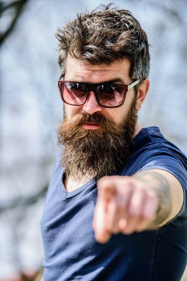 Filtro ULTRAVIOLETA El hombre brutal del inconformista barbudo lleva las gafas de sol protectoras Hombre barbudo con el fondo de  imagen de archivo