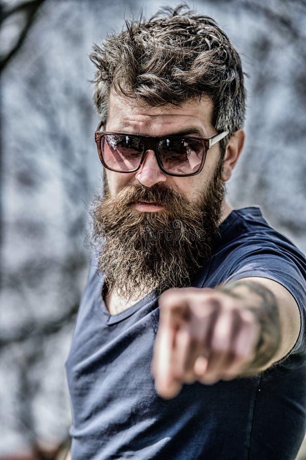 Filtro UV L'uomo brutale dei pantaloni a vita bassa barbuti indossa gli occhiali da sole protettivi Uomo barbuto con il fondo del immagine stock libera da diritti