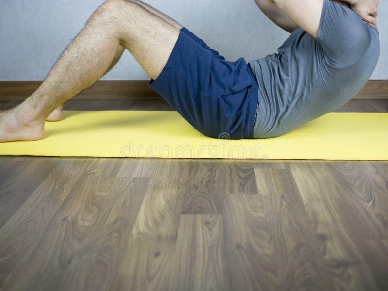 Fim abdominal do exercício da trituração acima pelo homem na esteira foto de stock royalty free