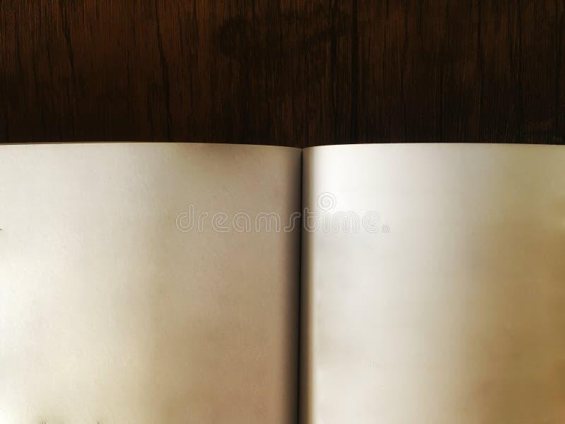 Fim aberto do livro acima na tabela de madeira marrom escura foto de stock royalty free