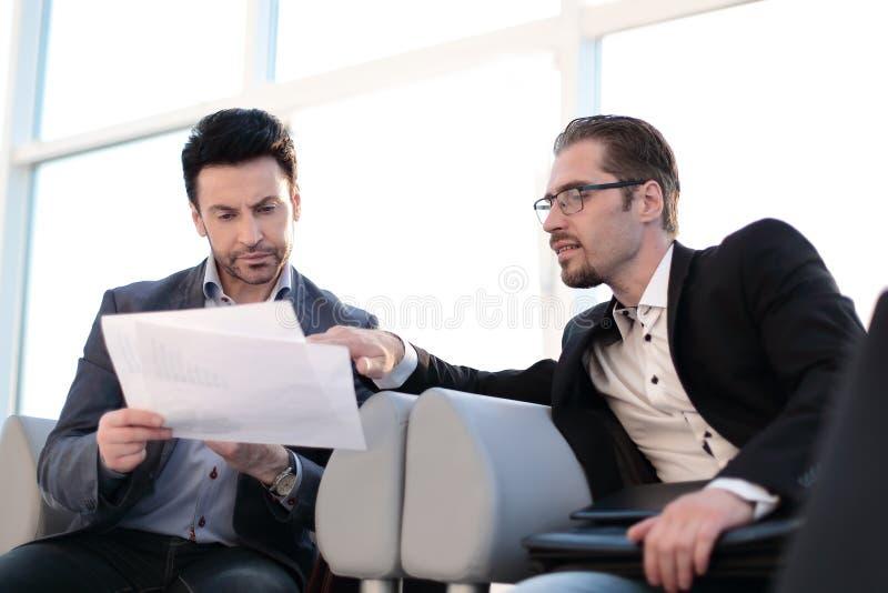 Fim acima advogado que discute com os originais de negócio do cliente foto de stock royalty free