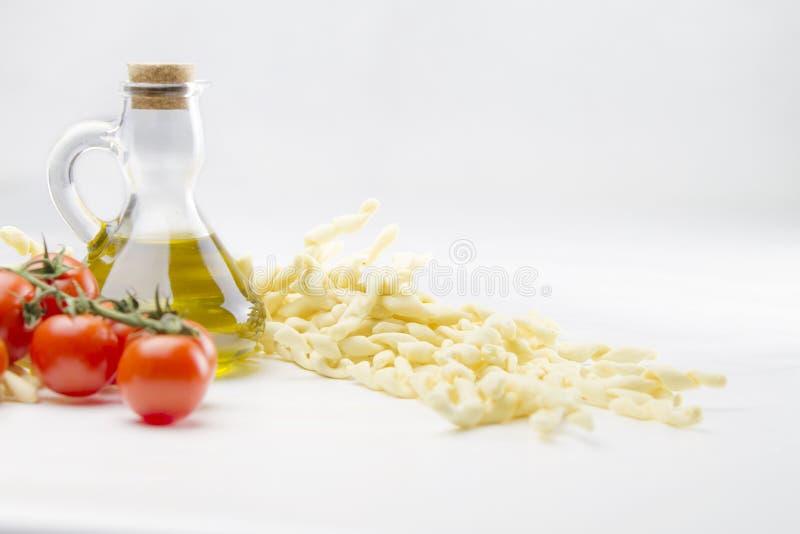 Fim acima ainda da vida do ferretto feito a mão italiano do al do fusilli da massa com puré do tomate e azeite virgem extra no fu fotografia de stock royalty free