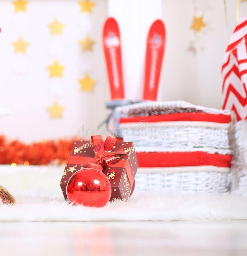 Fim acima caixa de presente e cesta com os presentes no fundo do Natal imagem de stock royalty free
