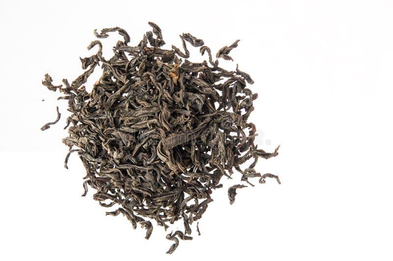 Fim acima Configura??o lisa, vista superior Montão do chá preto secado grande folha Isolado no fundo branco Copie o espa?o imagens de stock