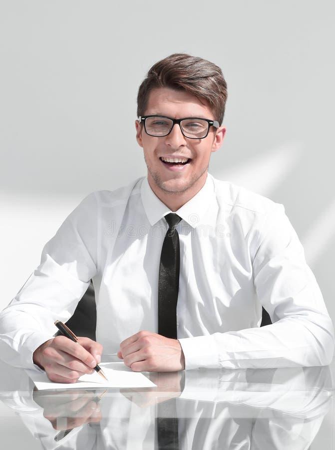 Fim acima contrato de assinatura de sorriso do homem de negócios foto de stock royalty free
