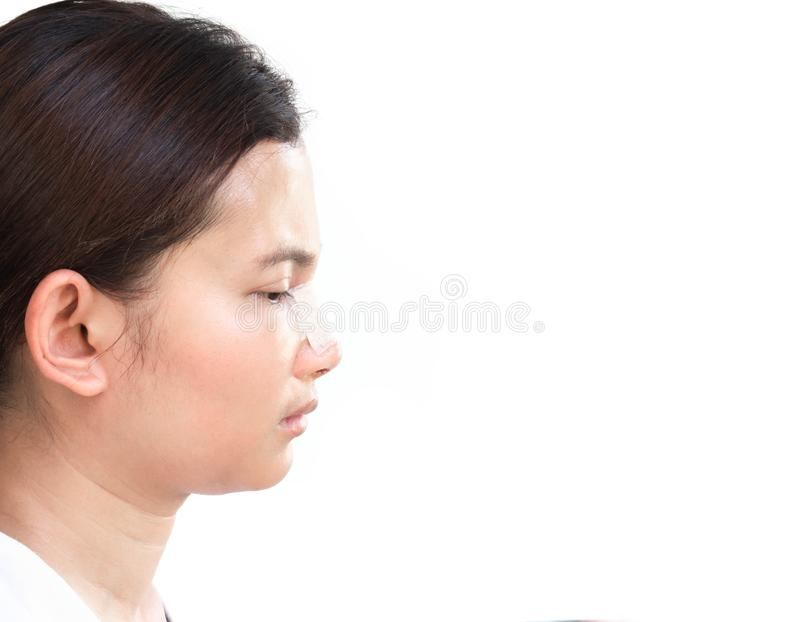 Fim acima da cara da vista lateral da mulher asiática com cirurgia plástica do nariz para a beleza e o conceito cosmético, fundo  imagens de stock