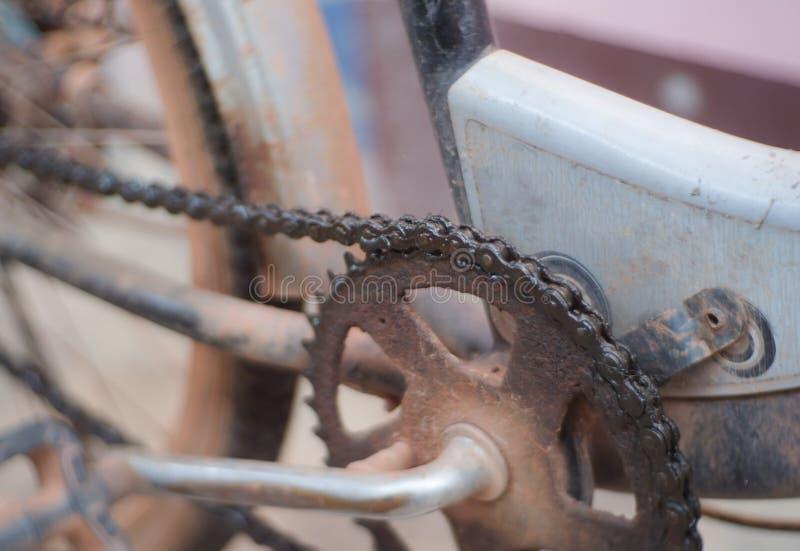Fim acima da corrente da bicicleta suja da graxa do óleo de lubrificação fotografia de stock royalty free