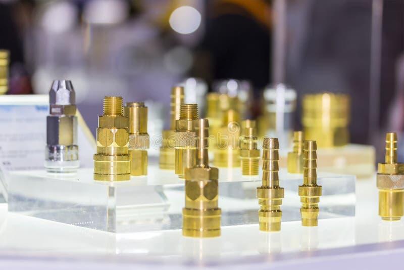 Fim acima da elevação - tecnologia muita tipo do equipamento de bronze do conector do metal do acoplamento rápido para a água e o fotos de stock royalty free