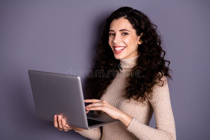 Fim acima da foto lateral do perfil atrativa sua senhora guarda a letra em linha da escrita da tradução da verificação do caderno fotos de stock royalty free